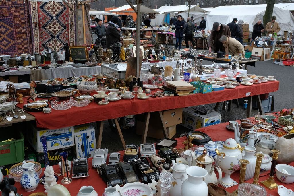 Những món đồ trang trí cũ được bày bán tại Flohmarkt