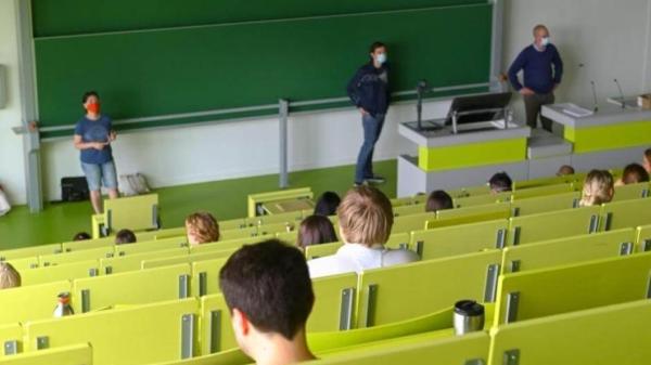 Du học sinh Đức phải giữ khoảng cách 2m trong lớp học