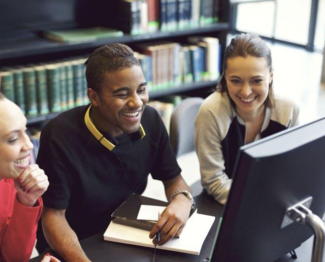 Sinh viên tự học tại thư viện