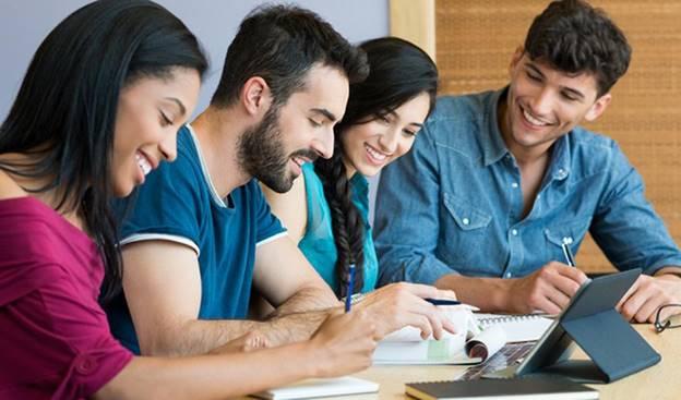 """1. Tại sao nên học ngành công nghệ thông tin ở Đức Ngành công nghệ thông tin ở Đức khá phát triển và được mệnh danh là thị trường lớn nhất ở Châu Âu. Gồm nhiều công ty, tập đoàn lớn nhỏ với cơ sở khách hàng rộng lớn, cung cấp nhiều giải pháp về công nghệ thông tin và bảo mật """"Made in Germany"""" khắp nơi, với đại diễn cho sự đổi mới, chất lượng và chuyên môn trên thị trường. Nhiều sinh viên lựa chọn du học Đức ngành công nghệ thông tin để có cơ hội học hỏi và tiếp cận được công nghệ cao nhất. Ngày nay, rất nhiều công ty quốc tế đang ngày càng quyết định đặt trụ sở tại Đức để được hưởng lợi từ lực lượng lao động xuất sắc của đất nước, cơ sở hạ tầng hiện đại, phát triển chi phí lương vừa phải, một trong những tỷ lệ năng suất cao nhất ở châu Âu và hệ thống thuế cạnh tranh. Do đó, cơ hội việc làm cho những bạn sinh viên chọn Đức du học là không hề nhỏ. Vì thế, lựa chọn cho mình một ngôi trường đào tạo chất lượng sẽ là một trong những cách giúp sinh viên thu hẹp lại gần hơn ước mơ du học của mình. 2. Khó khăn khi du học ngành công nghệ thông tin ở Đức 2.1. Ngoại ngữ Dù du học bất kỳ ngành học nào ở Đức thì khó khăn đầu tiên các bạn sinh viên thường đối mặt đó là về ngoại ngữ. Dù khi qua Đức bạn đã đạt trình độ ngôn ngữ nhất định, tuy nhiên rèn luyện thật nhiều ngoài cuộc sống mới giúp bạn có thể nâng cao kỹ năng nhanh chóng nhất. Cách đơn giản nhất là bỏ mình ra ngoài với những hoạt động giao tiếp với bạn bè người nước ngoài và người Đức để nhanh chóng hòa nhập nhất. 2.2. Văn hóa ẩm thực mới lạ Ẩm thực Đức được xem là một trong những nét văn hóa đặc sắc của đất nước này, tuy nhiên giai đoạn đầu tiên khi bạn hòa nhập cuộc sống nơi đây chắc chắn sẽ có những bỡ ngỡ lạ lùng. Cách dễ nhất là hãy thử trải nghiệm nhiều món ăn ở đây cùng bạn bè Châu Âu nhất có thể, cuộc sống Đức sẽ quen dần với bạn. 2.3. Phương pháp học tập tại Đức Khi du học Đức ngành công nghệ thông tin, cách học khoa học thật sự quan trọng giúp bạn đạt được hiệu quả cao. Cách học của sinh viên Đức rất tự học và """