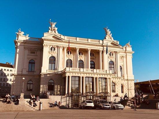 Tòa nhà Operhaus Zürich